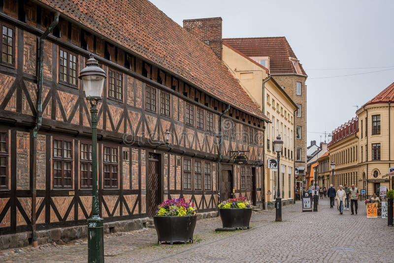 Een schilderachtig vierkant met half betimmerde huizen in de oude stad van Malmoe, Zweden royalty-vrije stock fotografie