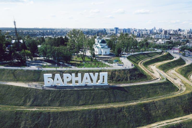 Een schilderachtig vogelperspectief aan de brieven op de helling de beschrijvende naam van een Russische stad Het ontwikkelde toe royalty-vrije stock foto