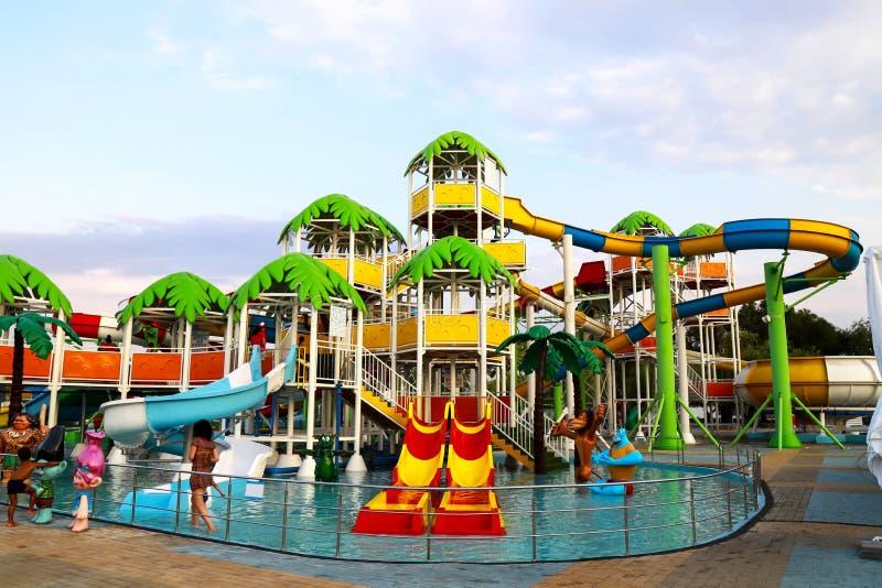 Een schilderachtig waterpark met kleurrijke dia's, rust in de toevlucht in de lente en de zomer, het zwemmen en sporten stock afbeelding