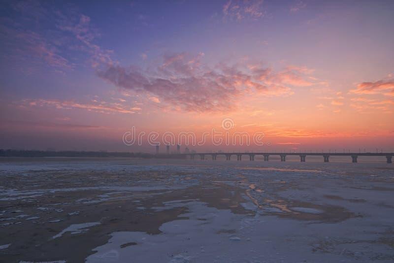 Een schilderachtige die ochtendmening van Rivier Dnipro Dnieper door ijs wordt behandeld Zonsopgang bij een ijzige de winterochte royalty-vrije stock fotografie