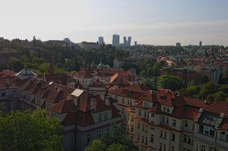Een schilderachtige mening van woningbouw dichtbij de Vltava-rivier Moderne wolkenkrabbers op de achtergrond De foto van het de z stock foto's