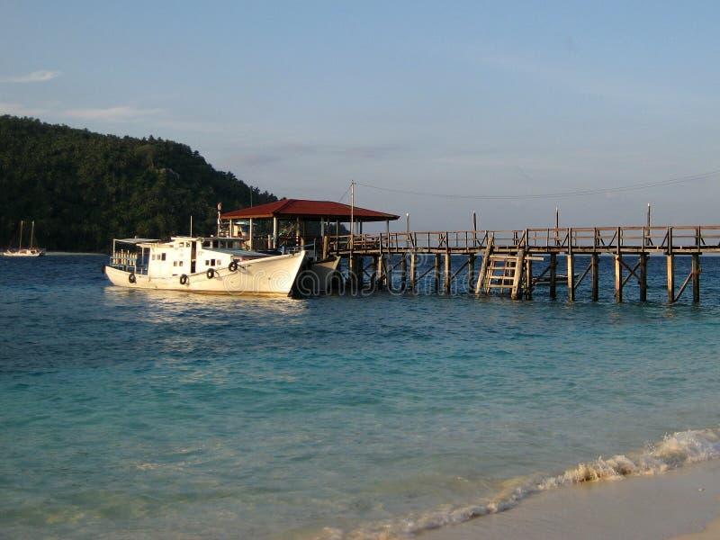 Download Een Schip Die Bij Een Pier Dokken Stock Foto - Afbeelding bestaande uit pijler, strand: 39110284