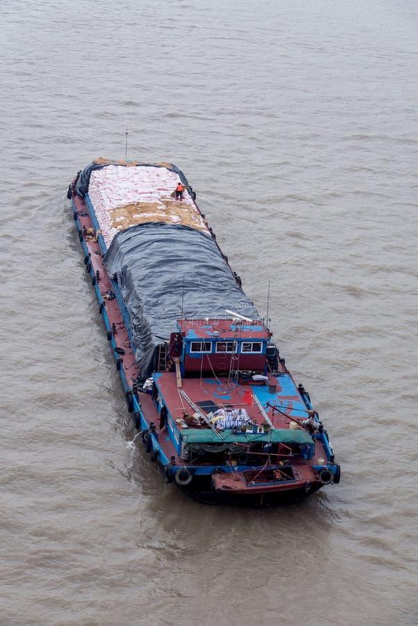 Een schip met lading die in de rivier varen royalty-vrije stock afbeelding