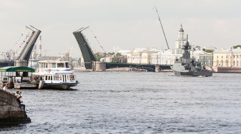 Een schip op het watergebied van Neva bij de Paleisbrug stock afbeelding