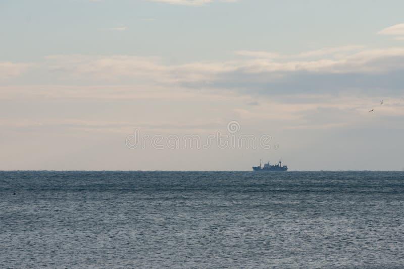 Een schip op horizon royalty-vrije stock foto's
