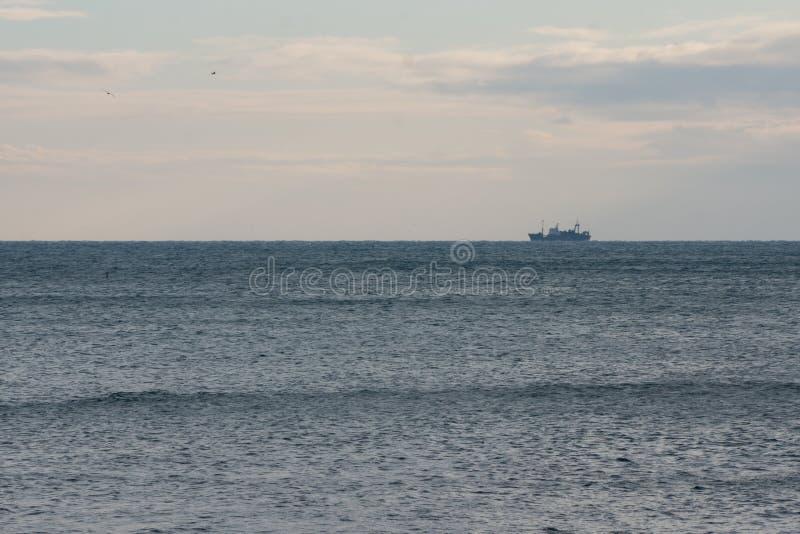 Een schip op horizon royalty-vrije stock afbeeldingen