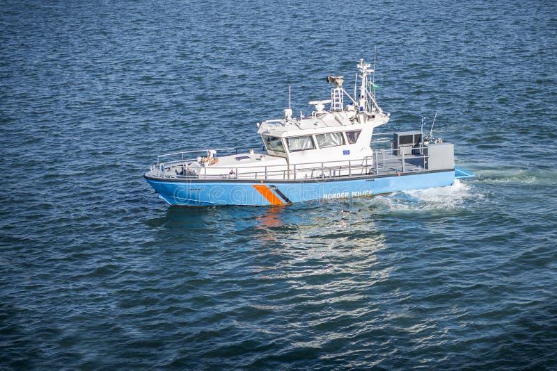 Een schip van de grenspatrouille door een grenswacht bij een haven wordt bezeten die stock foto