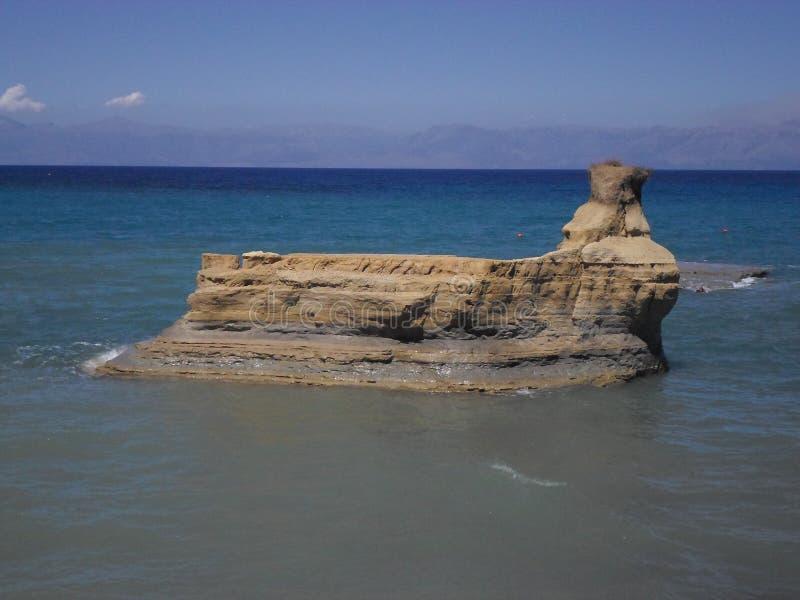 Een schip van rots in het midden van het overzees stock afbeeldingen