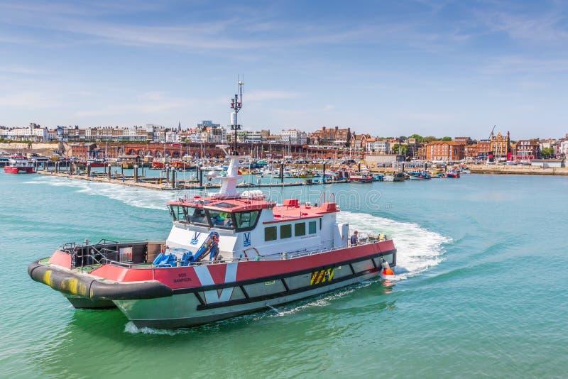 Een schip voor het vervoeren van bemanning aan Thanet Offshore Wind Farm wordt gebruikt verlaat de historische Koninklijke Haven  royalty-vrije stock foto's