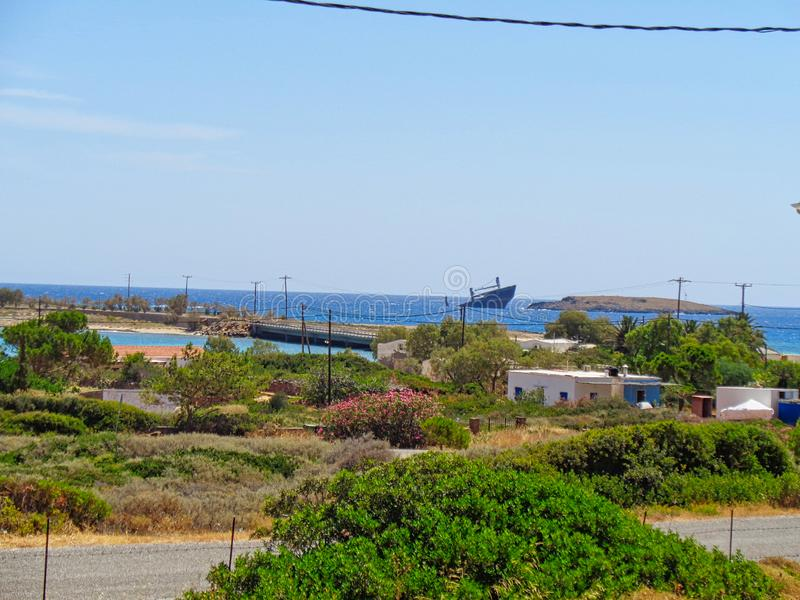 een schipwrak op het strand stock fotografie