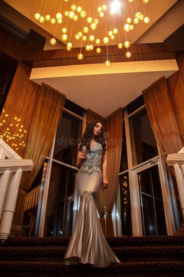 Een schitterend meisje gaat naar een partij royalty-vrije stock afbeelding