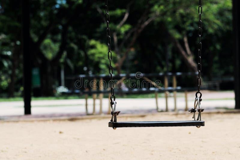 Een schommeling in de openbare Speelplaats stock foto's