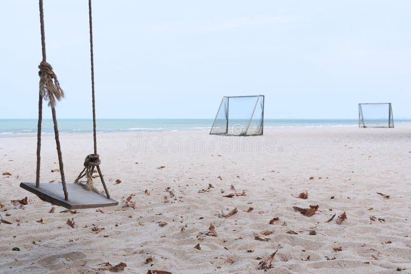 Een schommeling en voetbaldoel op het strand stock foto's