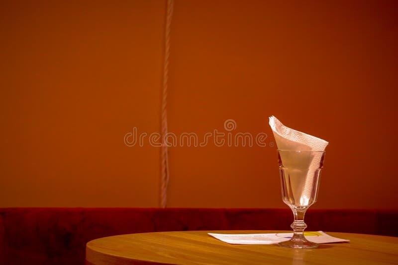 Een schone lijst in een comfortabel restaurant royalty-vrije stock foto's