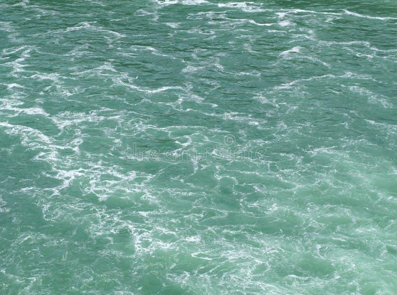 Een schone maar schuimende waterspiegel met smaragdgroene kleurentoon royalty-vrije stock foto's