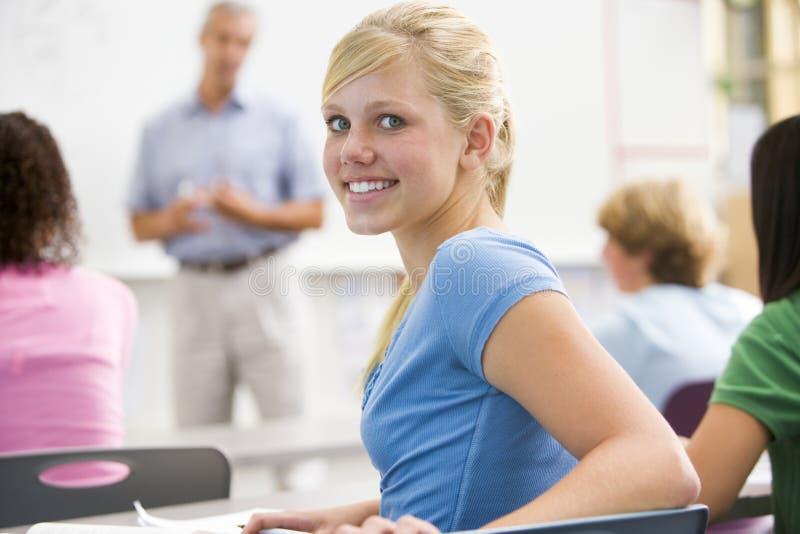 Een schoolmeisje in een middelbare schoolklasse royalty-vrije stock foto