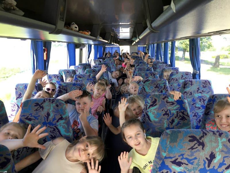 Een schoolreis op een bus, het jonge Poolse studenten begroeten royalty-vrije stock afbeelding