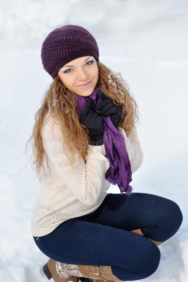 Een schoonheidsmeisje op de de winterachtergrond royalty-vrije stock afbeeldingen