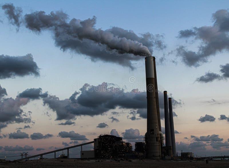 Een schoorsteen die uitgevers mooie rook stock fotografie