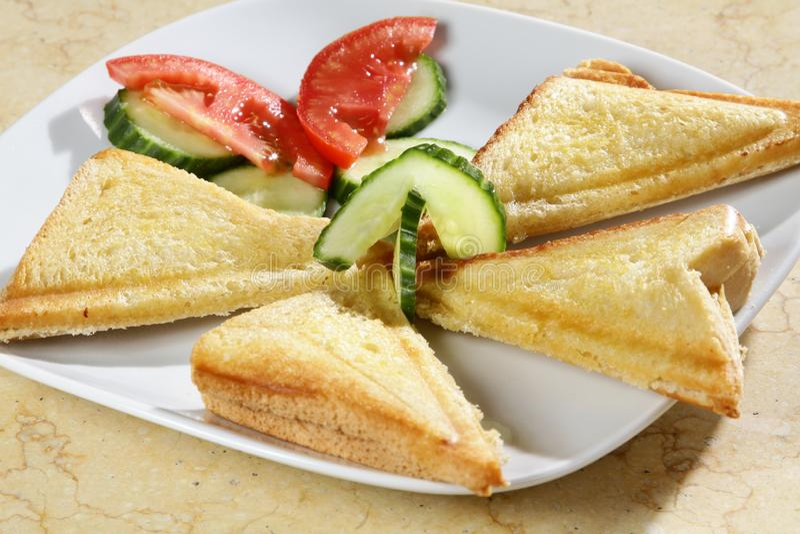 Een schot van drie driehoekssandwiches met tomatoe en komkommer aan de kant royalty-vrije stock fotografie