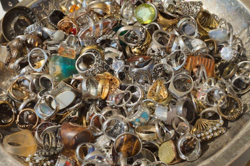 Een schotelhoogtepunt van ringen stock afbeelding