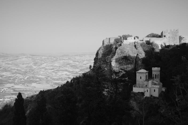 Een schoten de kleine steenhuizen op een heuvel in een bos in zwart-wit stock foto's