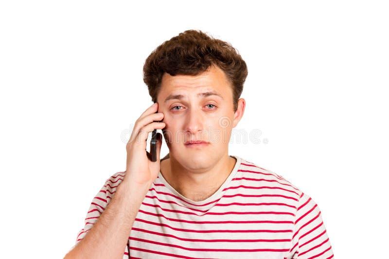 Een schreeuwende mens leest een tekstbericht op zijn telefoon Sms met slecht nieuws emotionele die mens op witte achtergrond word stock fotografie