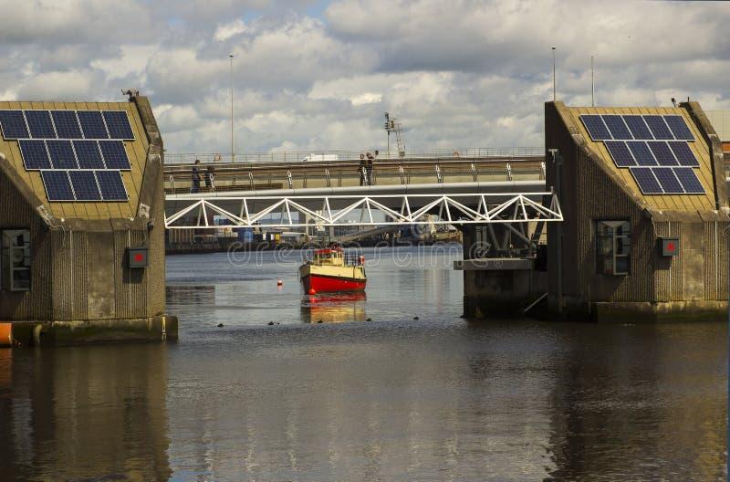 Een sectie van de de vloedbarrière en voetgangersbrug over de Rivier Lagan in het havenlandgoed in Belfast Noord-Ierland royalty-vrije stock fotografie