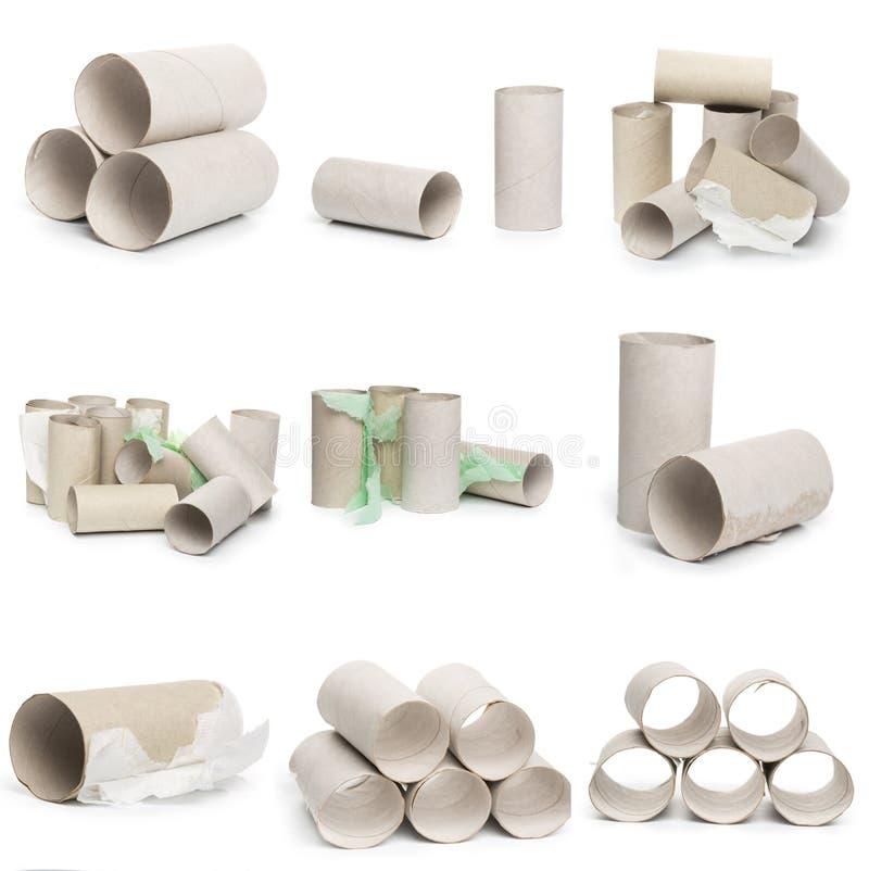 Een selectie van de buizen van het kartontoiletpapier in diverse regelingen op een witte achtergrond stock foto's
