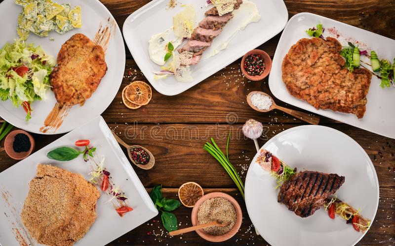 Een selectie van sappige steaks en schnitzels. Vlees royalty-vrije stock fotografie