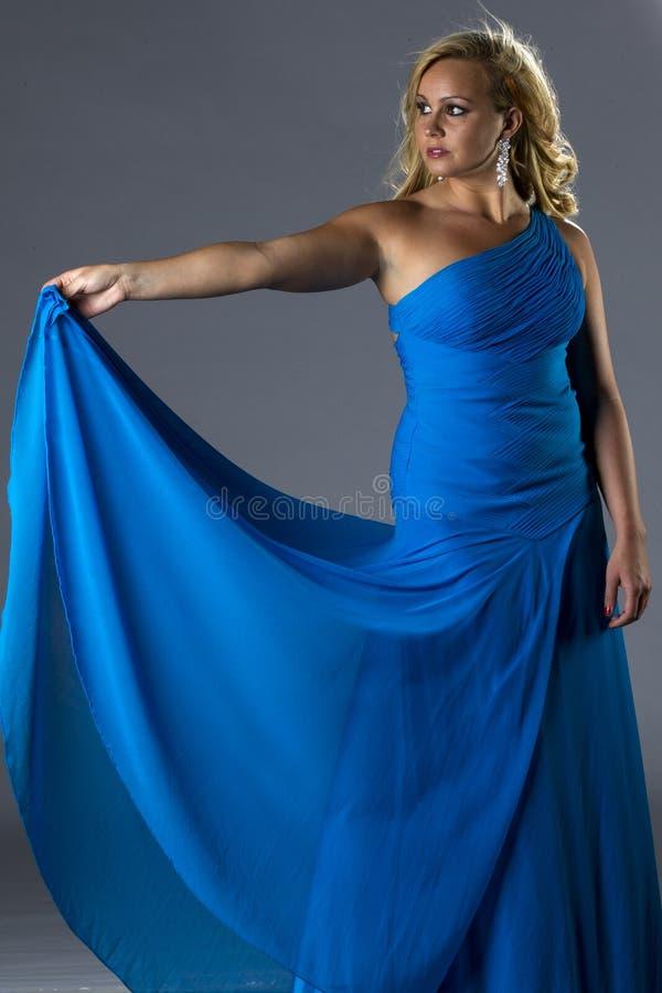 Een sexy vrouw in lange blauwe toga royalty-vrije stock afbeeldingen