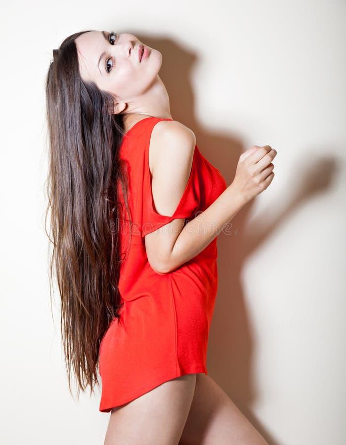 Een sexy vrouw in rode T-shirt stock fotografie