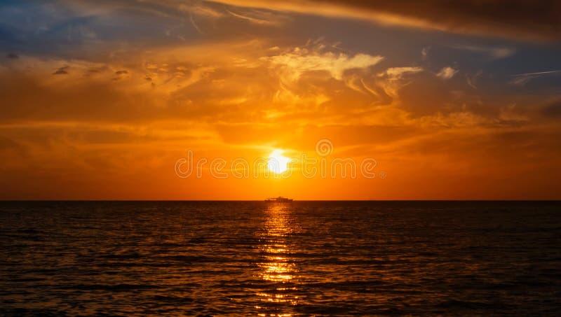 Een silhouet van een boot van het visserijschip bij floa van het horizonzeegezicht royalty-vrije stock foto