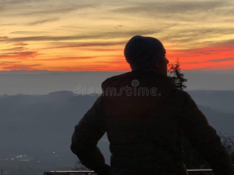 Een silhouet van een jongen die landschap observeert in zonneschijnlicht Uetliberg Zurich Zwitserland in de winter stock afbeeldingen