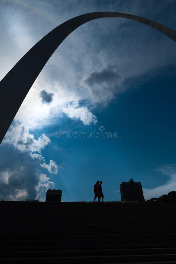 Een Silhouetperspectief van de boog van de poortmanier in misouri van St.Louis royalty-vrije stock afbeeldingen