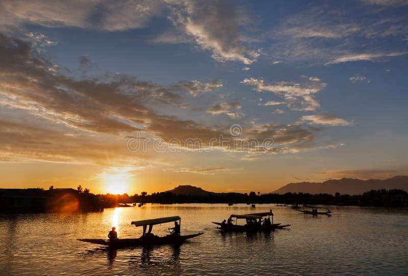 Een silhouetscène van de boot van toeristenshikara in Dal meer stock foto's