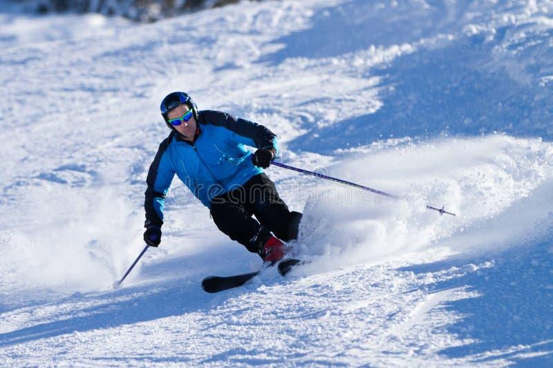 Een skiër in poedersneeuw stock afbeelding