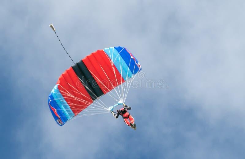 Een skydiver die het skydiving met valscherm uitvoeren stock fotografie