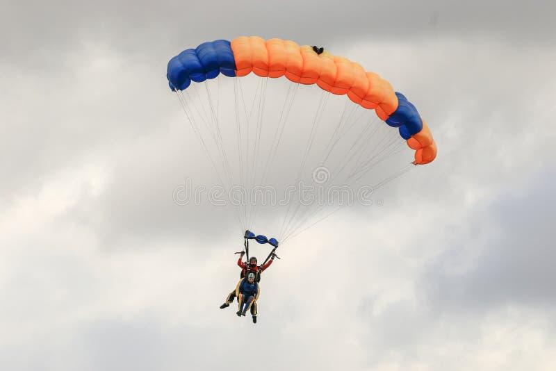 Een skydiver die het skydiving met valscherm uitvoeren royalty-vrije stock fotografie