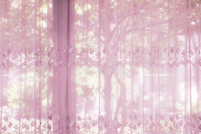 Een slaapkamervensters gekleed met gestreept gordijn die gordijn rijgen royalty-vrije stock afbeeldingen