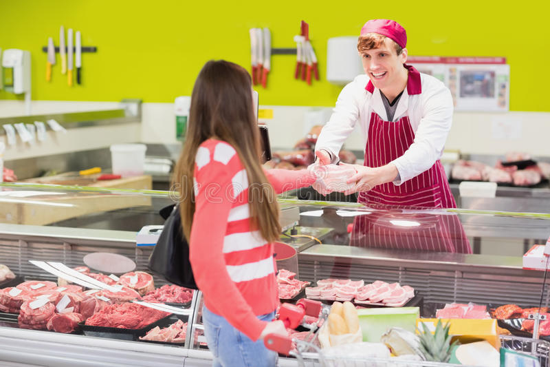 Een slager die zijn klant dienen royalty-vrije stock foto's