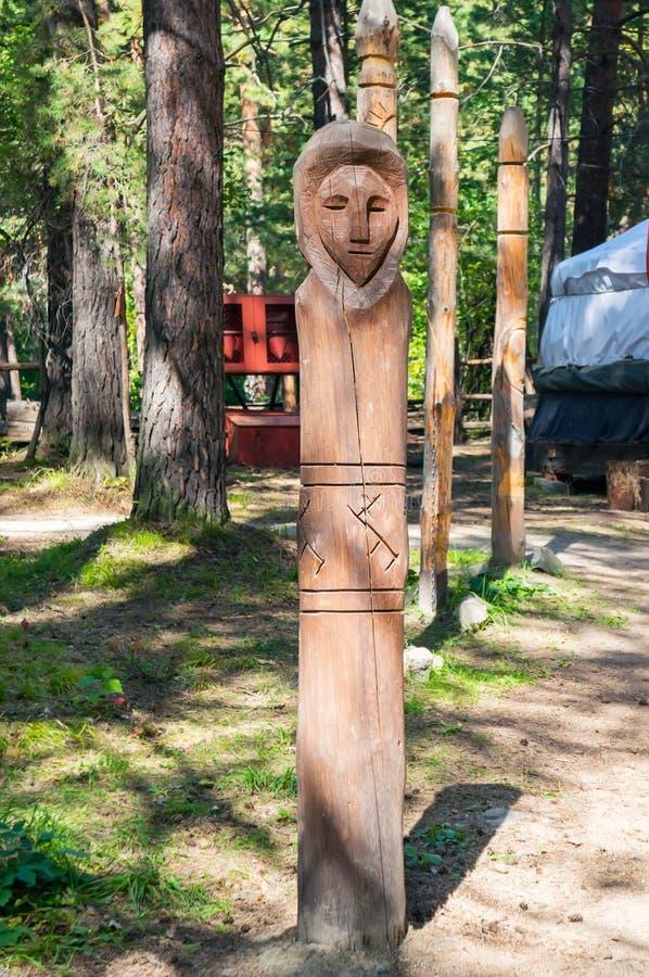 Een Slavisch houten idool De zomer Forrest stock afbeeldingen