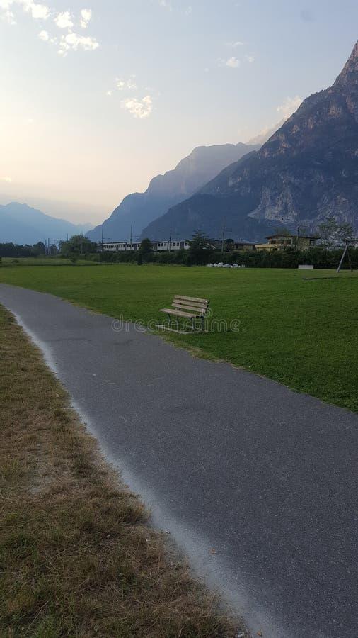 Een sleep bij de voet Alpen stock foto's