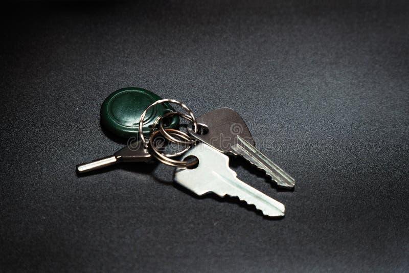 Een sleutelbos op een donkere achtergrond royalty-vrije stock afbeelding