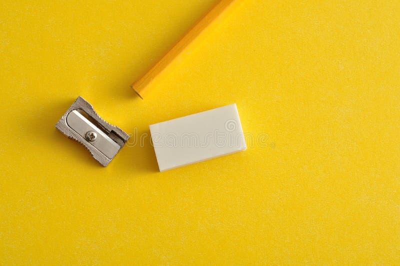 Een slijper, een gom en een geel potlood royalty-vrije stock afbeelding