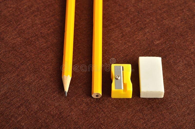 Een slijper, een gom en een geel potlood twee royalty-vrije stock afbeelding