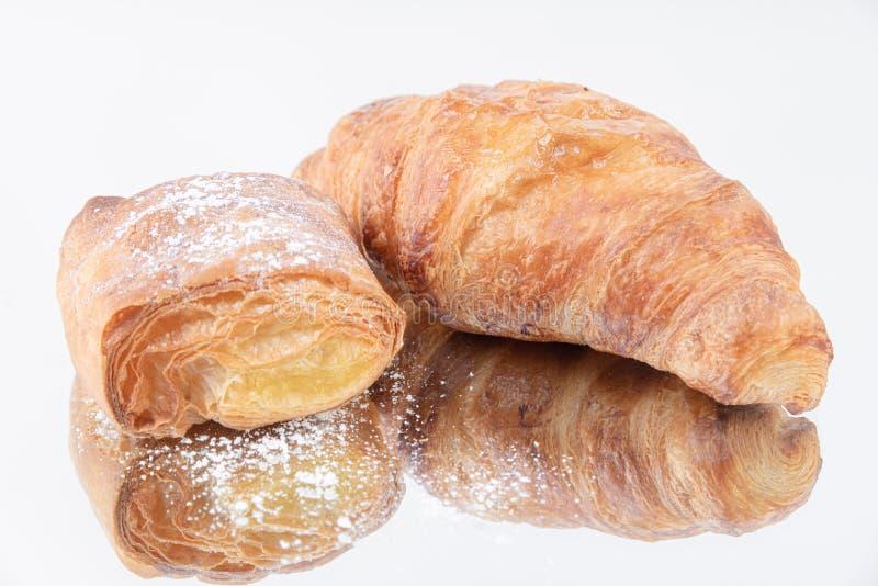 Een smakelijk bladerdeeg en een vers gebakken croissant stock afbeelding