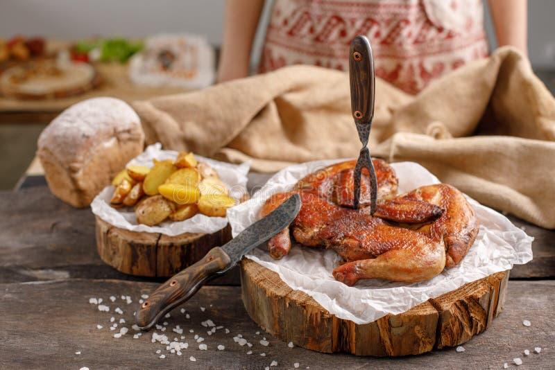 Een smakelijke die kip met een vork in het wordt geplakt en een aardappel versieren op houten morserijen Stilleven met origineel  royalty-vrije stock afbeeldingen