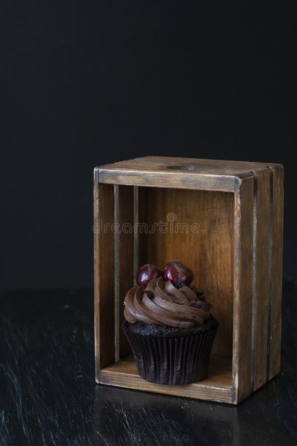 Een smakelijke traktatie: berijpt cupcake met kersen op de bovenkant royalty-vrije stock foto's