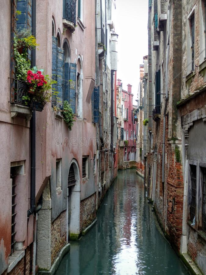 Een smal kanaal in Venetië na de regen, Italië royalty-vrije stock foto's